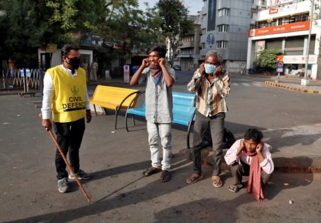 Ngày đầu tiên bị phong tỏa của đất nước 1,3 tỉ dân: Cảnh sát Ấn Độ truy lùng người chống lệnh, quất roi, bắt chống đẩy giữa phố - Ảnh 5