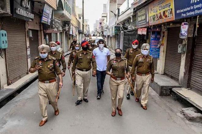 Ngày đầu tiên bị phong tỏa của đất nước 1,3 tỉ dân: Cảnh sát Ấn Độ truy lùng người chống lệnh, quất roi, bắt chống đẩy giữa phố - Ảnh 6