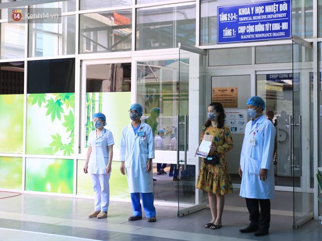 Nữ nhân viên ĐMX và 2 bệnh nhân người Anh mắc Covid-19 ở Đà Nẵng đã xuất viện, Việt Nam chữa khỏi 20 ca - Ảnh 1