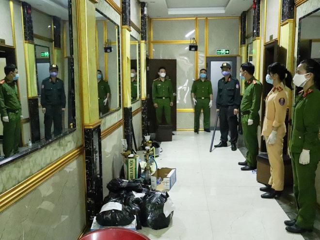 Vụ 76 nam nữ thanh niên thác loạn trong quán karaoke: Trèo lên cây trốn nhiều giờ vẫn bị bắt và đưa đi cách ly - Ảnh 1