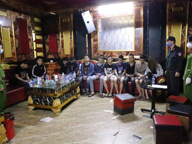 Vụ 76 nam nữ thanh niên thác loạn trong quán karaoke: Trèo lên cây trốn nhiều giờ vẫn bị bắt và đưa đi cách ly - Ảnh 2