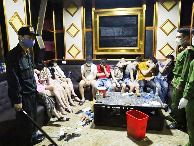 Vụ 76 nam nữ thanh niên thác loạn trong quán karaoke: Trèo lên cây trốn nhiều giờ vẫn bị bắt và đưa đi cách ly - Ảnh 3