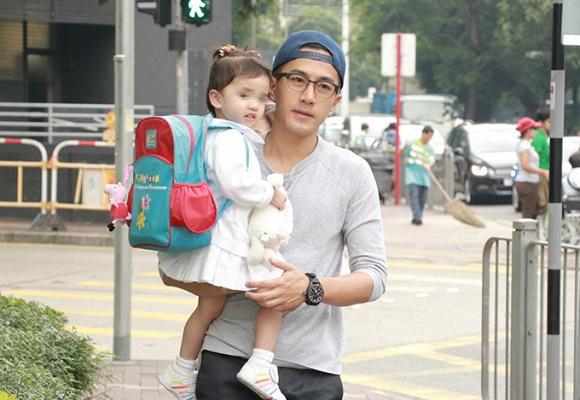 Lưu Khải Uy vừa chia sẻ về con gái, netizen xứ Trung liền chỉ trích Dương Mịch 'không xứng làm mẹ' - Ảnh 1