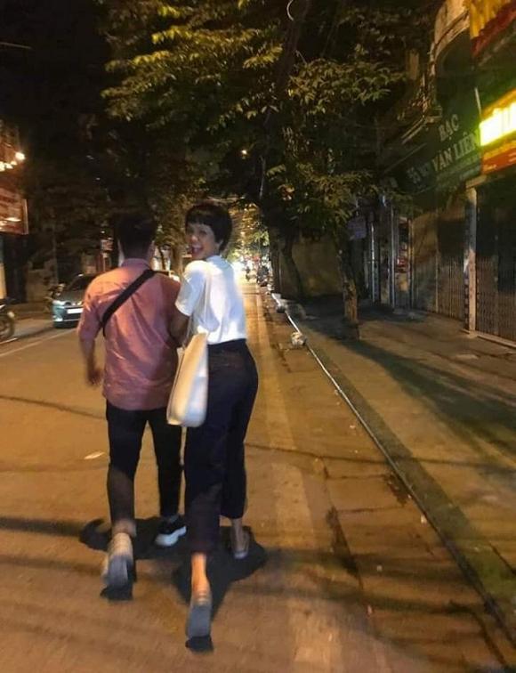 Sau nghi án hẹn hò với Đen Vâu, H'Hen Niê bị bắt gặp tình tứ với trai lạ - Ảnh 2