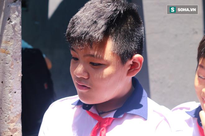 Bé trai tử nạn do cây đè trong sân trường: 'Cháu tôi nó còn đang nằm ngủ thế kia mà' - Ảnh 3