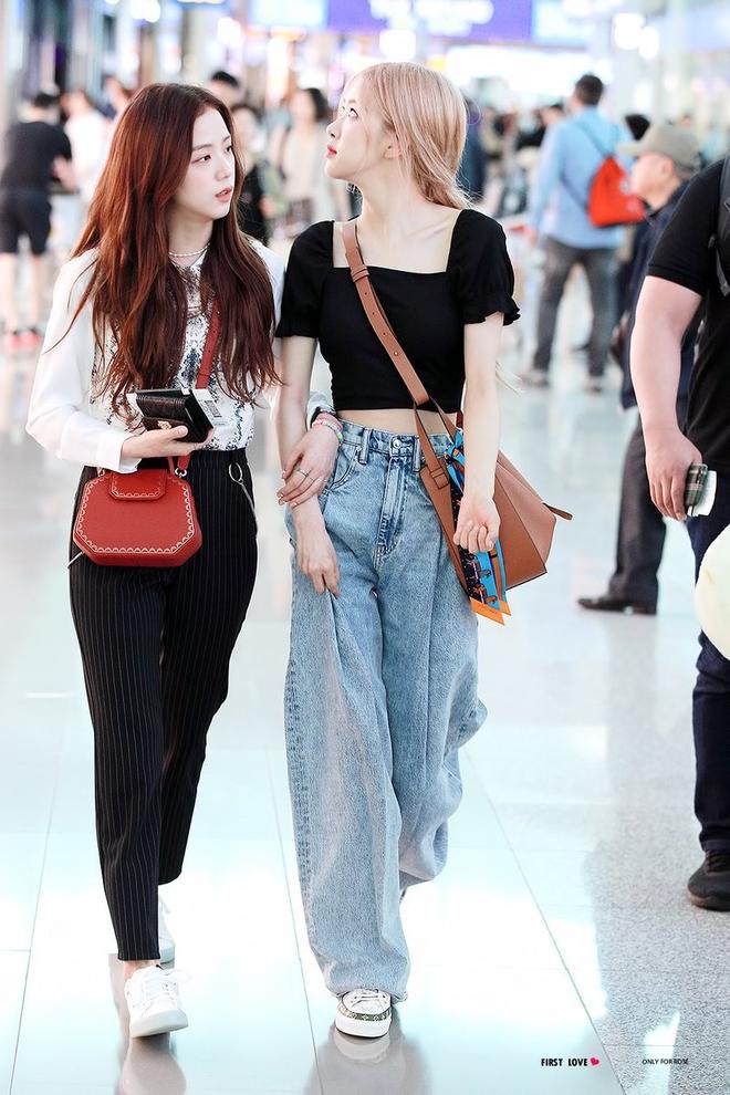 """Có một kiểu quần jeans sao Việt """"phát cuồng"""" mới đây nhưng Rosé thì đã diện suốt từ năm ngoái mới tài - Ảnh 1"""