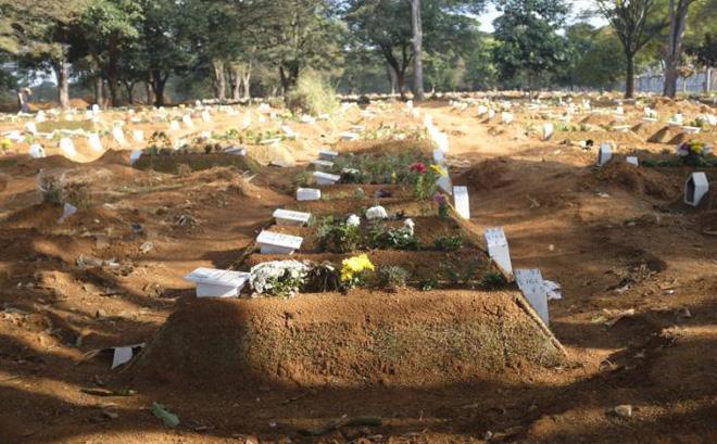 Cứ 10 phút lại có thêm đám tang vì Covid-19 nhưng Tổng thống Brazil chỉ quan tâm đến một 'bệnh nhân' khác - Ảnh 1