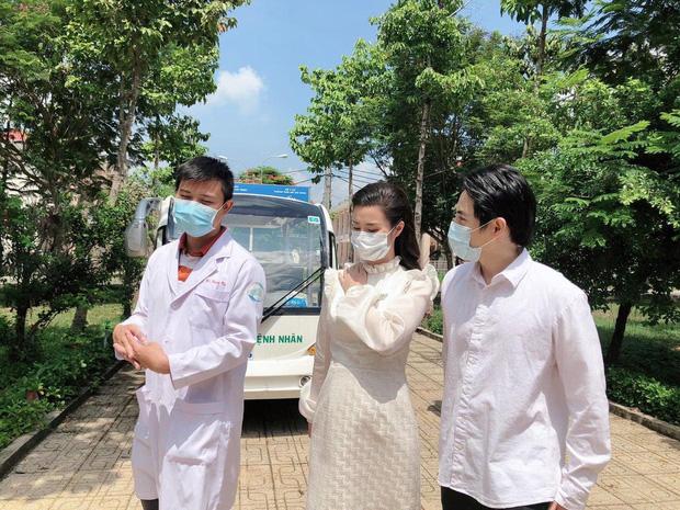 Đang bầu bì tháng thứ 4, Đông Nhi vẫn cùng Ông Cao Thắng đi bệnh viện Dã Chiến Củ Chi thăm hỏi đội ngũ y bác sĩ - Ảnh 1