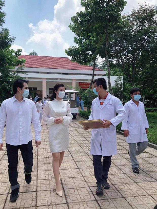 Đang bầu bì tháng thứ 4, Đông Nhi vẫn cùng Ông Cao Thắng đi bệnh viện Dã Chiến Củ Chi thăm hỏi đội ngũ y bác sĩ - Ảnh 2