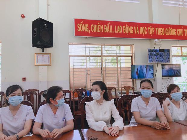 Đang bầu bì tháng thứ 4, Đông Nhi vẫn cùng Ông Cao Thắng đi bệnh viện Dã Chiến Củ Chi thăm hỏi đội ngũ y bác sĩ - Ảnh 3