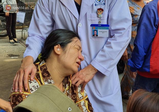 Quặn lòng đám tang của bé trai lớp 6 bị cây đè tử vong, người mẹ ngã quỵ được đưa vào lại bệnh viện vì sức khỏe rất yếu - Ảnh 1