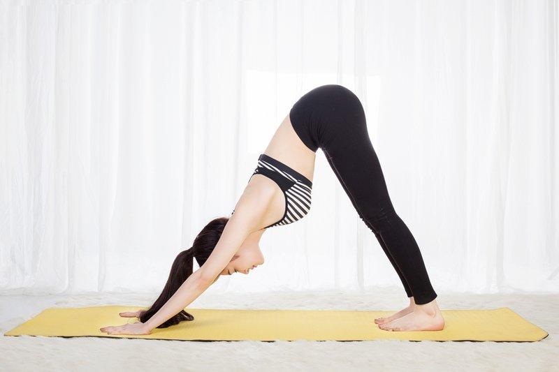 7 động tác yoga đơn giản tại nhà, eo thon, dáng chuẩn bất chấp mọi lứa tuổi - Ảnh 6