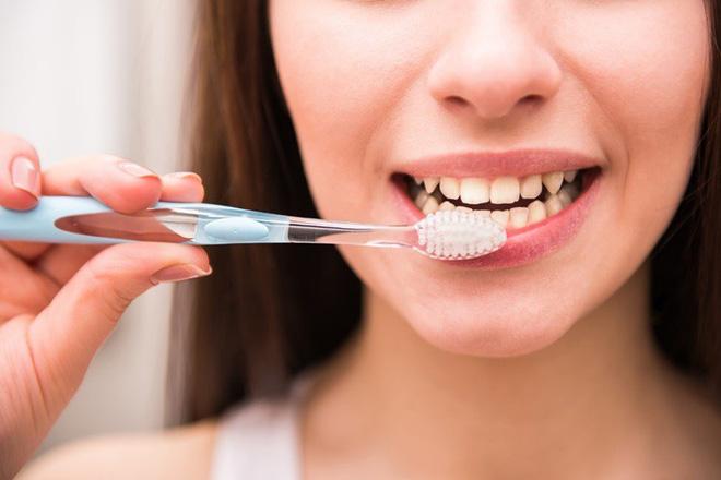 Chỉ đánh răng 2 lần/ngày vẫn chưa đủ, bạn còn phải nắm rõ các nguyên tắc chải răng đúng cách để thu lại hiệu quả cao nhất - Ảnh 3