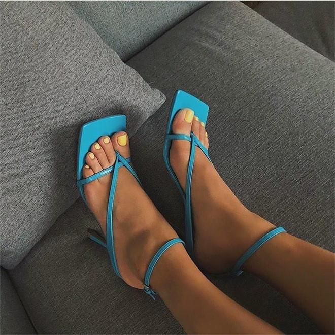Giày mũi vuông trở lại, 'thống lĩnh' xu hướng thời trang đường phố - Ảnh 2