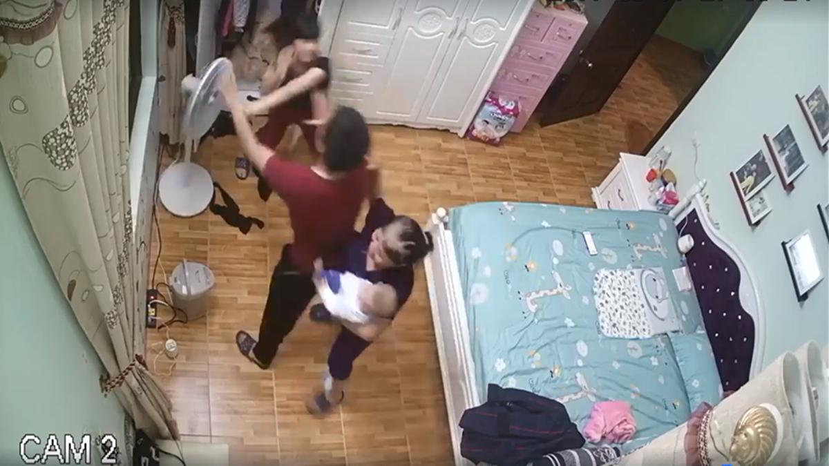 Chồng đánh đập, bóp cổ vợ ngay trước mặt con nhỏ gây bức xúc - Ảnh 1