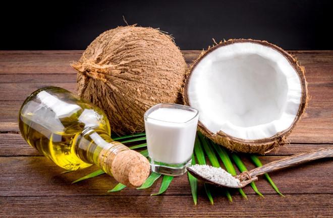 Phụ nữ U50 muốn xóa mờ nếp nhăn, ngăn ngừa lão hóa giúp làn da căng bóng, hãy học ngay 5 cách dùng dầu dừa này - Ảnh 1