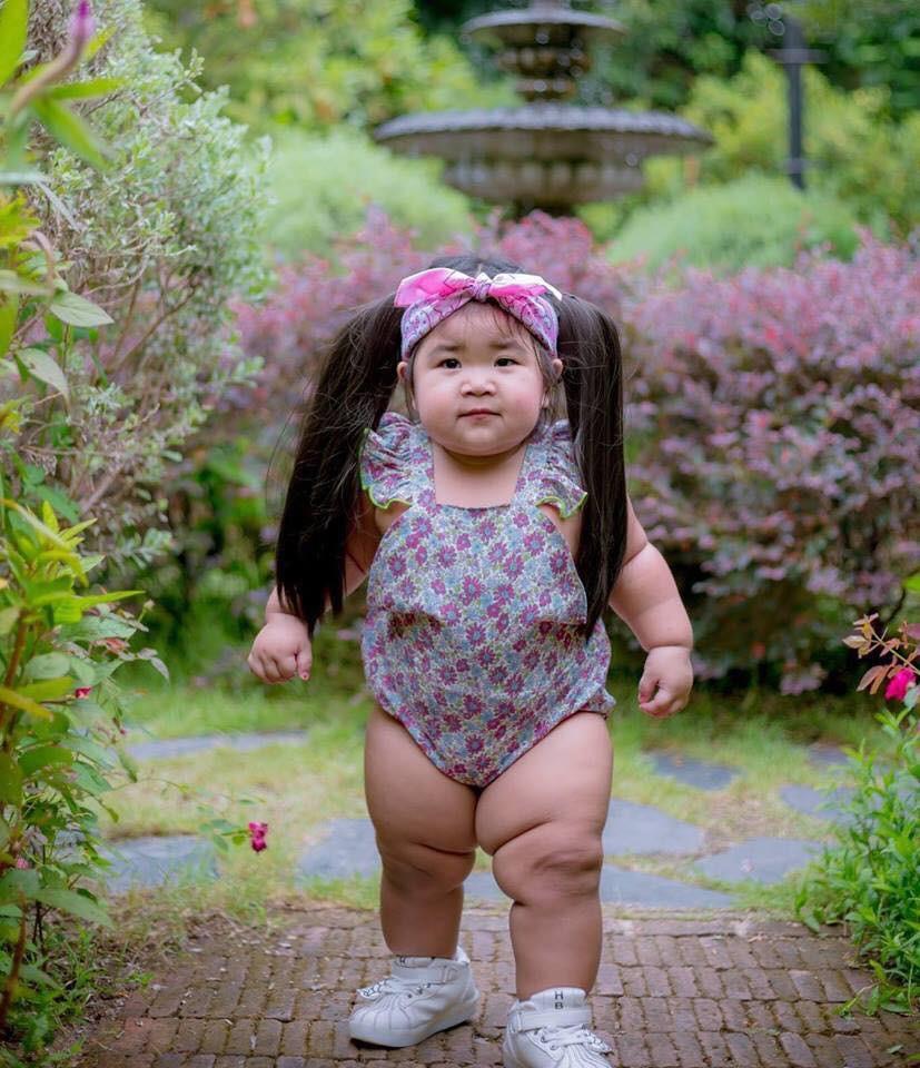 Bé gái bụ bẫm thu hút sự chú ý vì vừa mới chập chững biết đi đã mang dáng dấp 'chị đại' - Ảnh 1