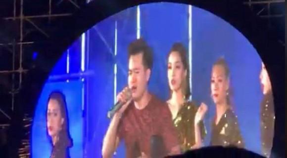 Bích Phương lên tiếng trấn an fan sau sự cố bị khán giả nhảy lên sân khấu cướp mic - Ảnh 1