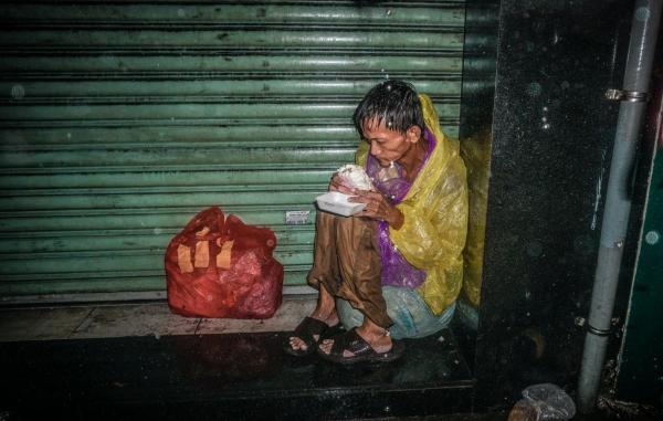 Ảnh người vô gia cư co ro trong đêm mưa lớn ở Sài Gòn gây xúc động - Ảnh 1