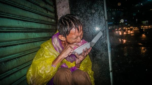 Ảnh người vô gia cư co ro trong đêm mưa lớn ở Sài Gòn gây xúc động - Ảnh 2