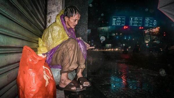 Ảnh người vô gia cư co ro trong đêm mưa lớn ở Sài Gòn gây xúc động - Ảnh 3