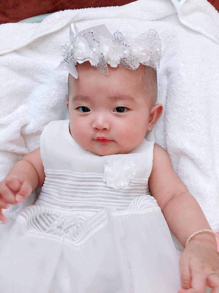 Sinh non gần 2 tháng, con gái Khánh Thi ngày càng mũm mĩm đáng yêu, gương mặt giống bố y đúc - Ảnh 3