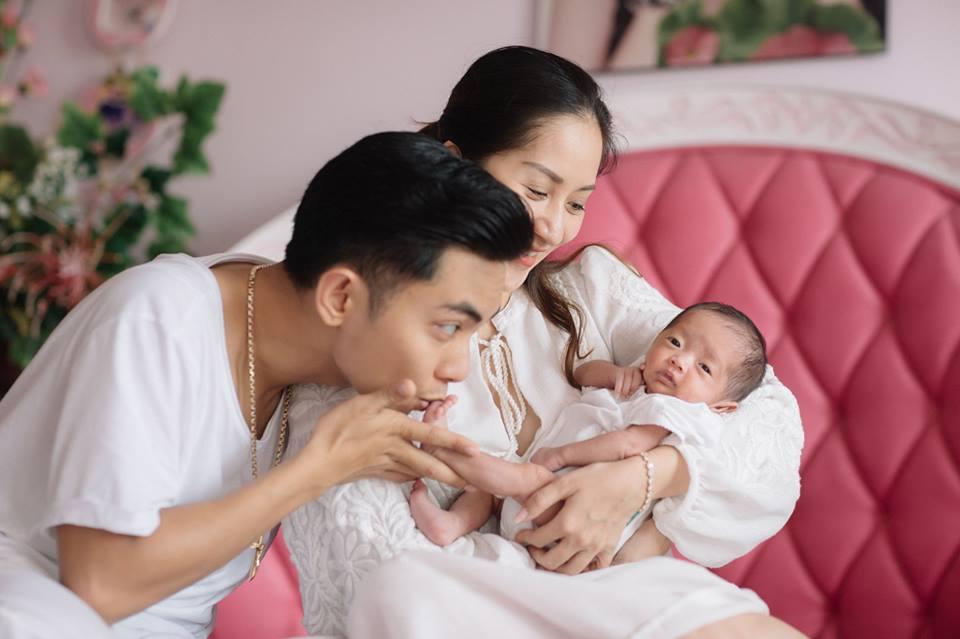 Sinh non gần 2 tháng, con gái Khánh Thi ngày càng mũm mĩm đáng yêu, gương mặt giống bố y đúc - Ảnh 1