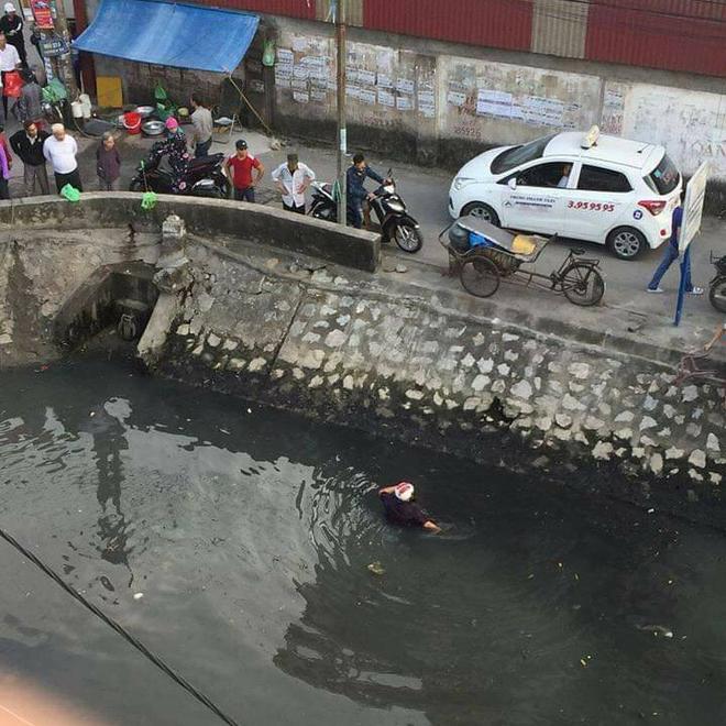 Đánh phụ nữ giữa đường, nam thanh niên bị người dân hợp sức ném xuống kênh 'tắm bùn' - Ảnh 2