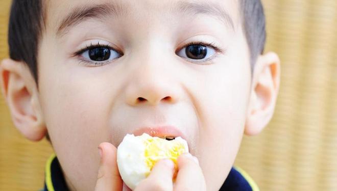 Mới 3 tuổi bị sỏi đóng dày trong túi mật gây đau đớn hôn mê sâu do mẹ mua thứ này về tẩm bổ - Ảnh 2