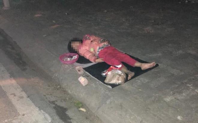 Xúc động hình ảnh bé gái 'ăn xin' nằm ngủ trên vỉa hè giữa đêm lạnh - Ảnh 1