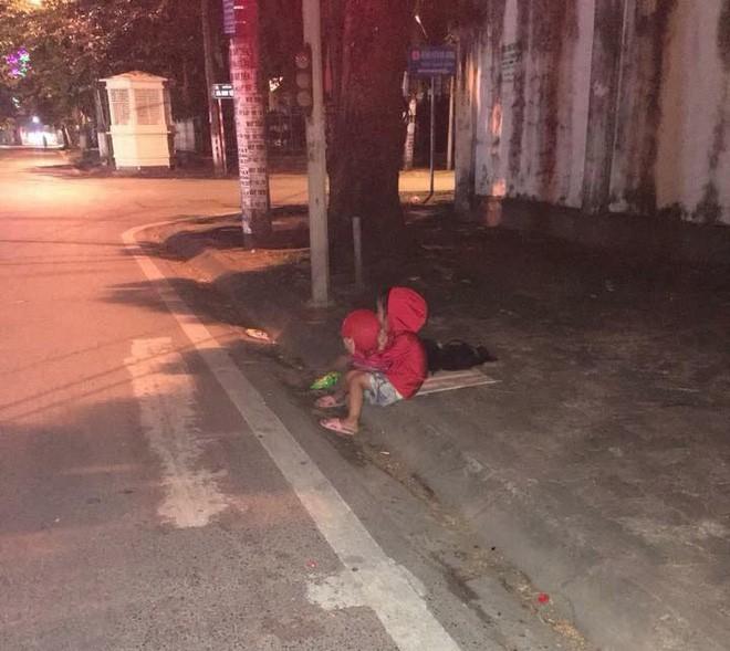 Xúc động hình ảnh bé gái 'ăn xin' nằm ngủ trên vỉa hè giữa đêm lạnh - Ảnh 2