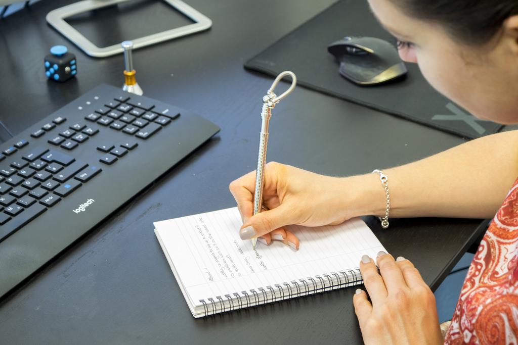 Việc khai bút nên được tiến hành từ sau giao thừa cho tới mùng 5 Tết Nguyên đán