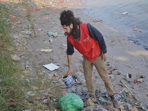 Chàng trai Mỹ cần mẫn nhặt rác dưới chân cầu Long Biên ngày tiễn Ông Công Ông Táo về chầu trời - Ảnh 1