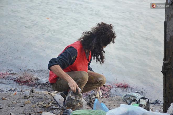 Chàng trai Mỹ cần mẫn nhặt rác dưới chân cầu Long Biên ngày tiễn Ông Công Ông Táo về chầu trời - Ảnh 2