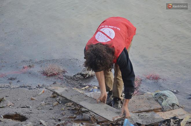 Chàng trai Mỹ cần mẫn nhặt rác dưới chân cầu Long Biên ngày tiễn Ông Công Ông Táo về chầu trời - Ảnh 3