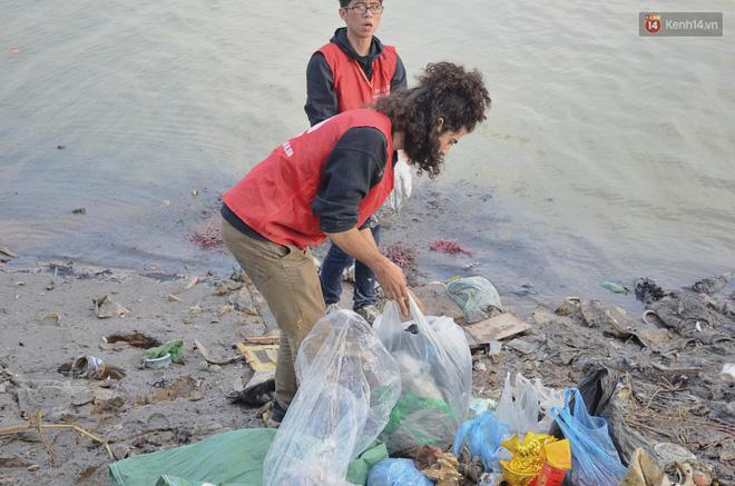 Chàng trai Mỹ cần mẫn nhặt rác dưới chân cầu Long Biên ngày tiễn Ông Công Ông Táo về chầu trời - Ảnh 4