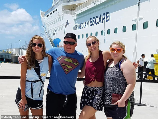 Sau chuyến du lịch cùng gia đình, cô gái 15 tuổi bị mù mắt bí ẩn - Ảnh 1