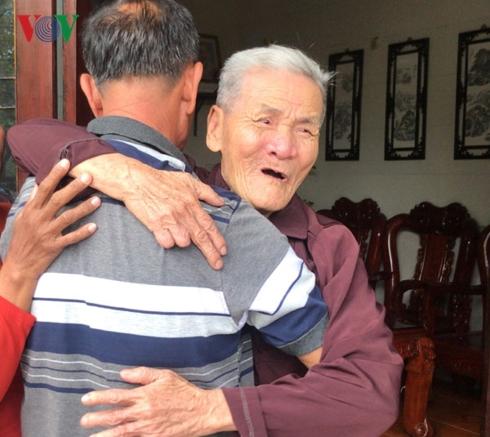 Cha già nghẹn ngào khi gặp lại con trai sau 40 năm là 'liệt sĩ' - Ảnh 3