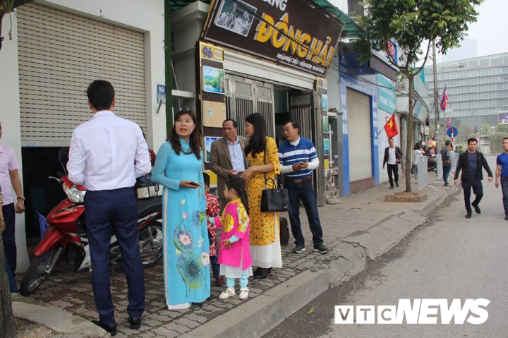 Cấm đường bảo vệ Hội nghị Mỹ - Triều, xe rước dâu chôn chân ngoài đại lộ, cô dâu chú rể xách váy chạy bộ - Ảnh 1