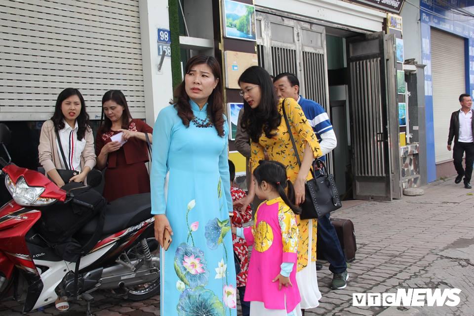 Cấm đường bảo vệ Hội nghị Mỹ - Triều, xe rước dâu chôn chân ngoài đại lộ, cô dâu chú rể xách váy chạy bộ - Ảnh 2