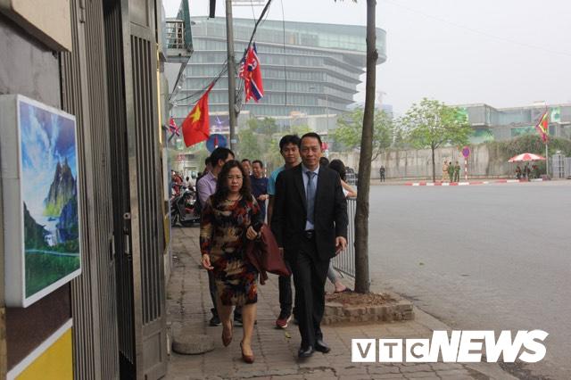 Cấm đường bảo vệ Hội nghị Mỹ - Triều, xe rước dâu chôn chân ngoài đại lộ, cô dâu chú rể xách váy chạy bộ - Ảnh 3