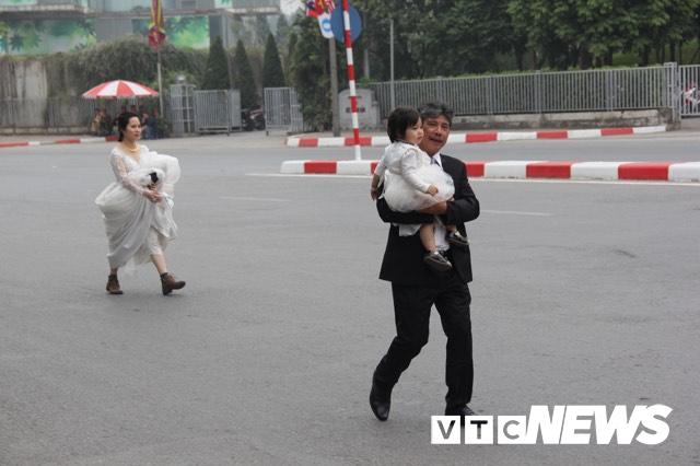 Cấm đường bảo vệ Hội nghị Mỹ - Triều, xe rước dâu chôn chân ngoài đại lộ, cô dâu chú rể xách váy chạy bộ - Ảnh 4