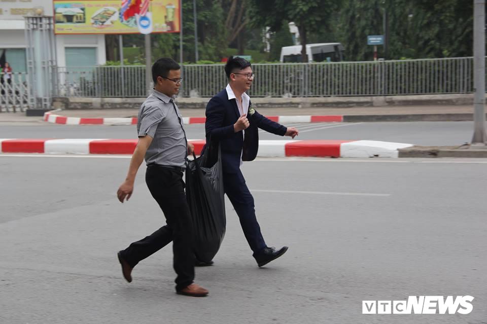 Cấm đường bảo vệ Hội nghị Mỹ - Triều, xe rước dâu chôn chân ngoài đại lộ, cô dâu chú rể xách váy chạy bộ - Ảnh 6