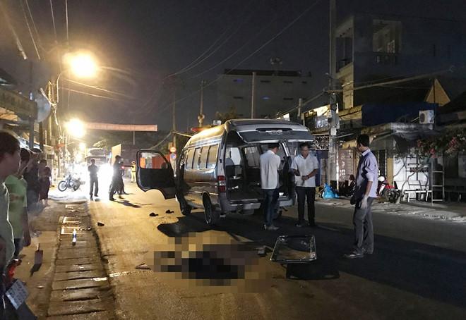 Người thân ngã quỵ bên thi thể cô gái 19 tuổi bị xe container tông tử vong trên đường đi xin việc về - Ảnh 1