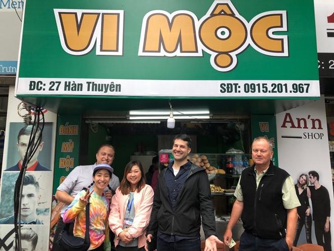 Hội nghị thượng đỉnh Mỹ - Triều: Ông chú Hà Nội phát trà đá miễn phí cho phóng viên, cô bán hàng tặng bạn bè quốc tế chiếc mũ Việt Nam - Ảnh 3