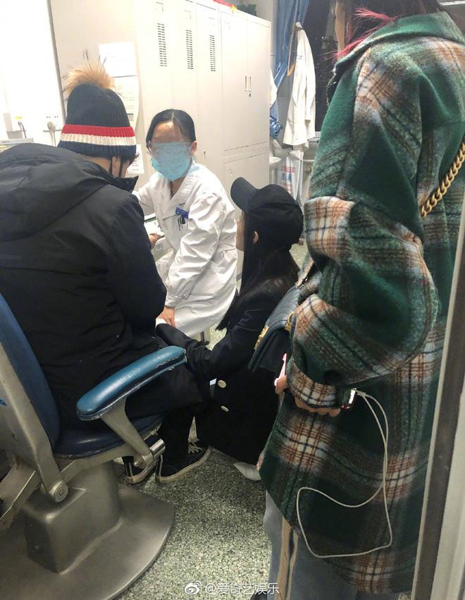 Hot nhất Weibo: Trương Thiên Ái bỗng bật khóc nức nở tại sân bay, chuyện gì đã xảy ra? - Ảnh 10