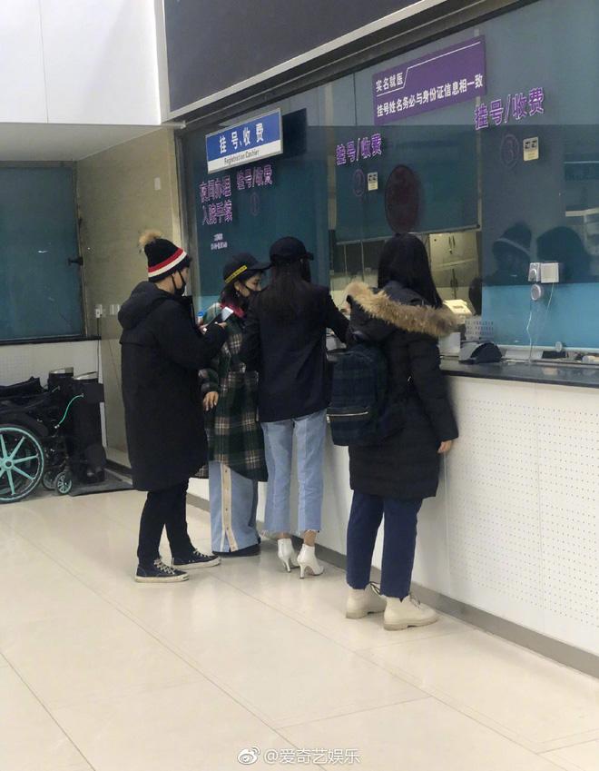 Hot nhất Weibo: Trương Thiên Ái bỗng bật khóc nức nở tại sân bay, chuyện gì đã xảy ra? - Ảnh 11