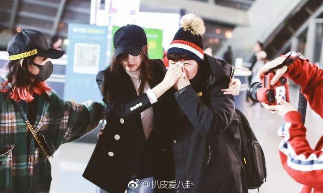 Hot nhất Weibo: Trương Thiên Ái bỗng bật khóc nức nở tại sân bay, chuyện gì đã xảy ra? - Ảnh 6