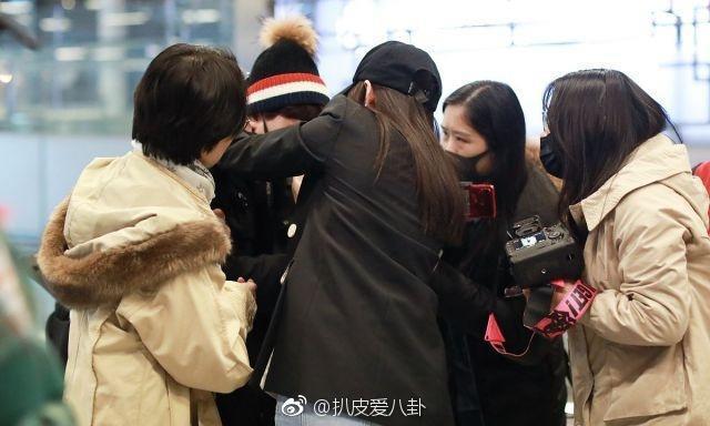 Hot nhất Weibo: Trương Thiên Ái bỗng bật khóc nức nở tại sân bay, chuyện gì đã xảy ra? - Ảnh 8