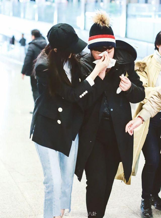 Hot nhất Weibo: Trương Thiên Ái bỗng bật khóc nức nở tại sân bay, chuyện gì đã xảy ra? - Ảnh 9